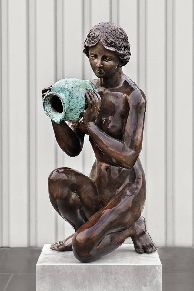 Beeld Zittende Vrouw | Bronskleur Sculpturen en beelden | Trendykunst